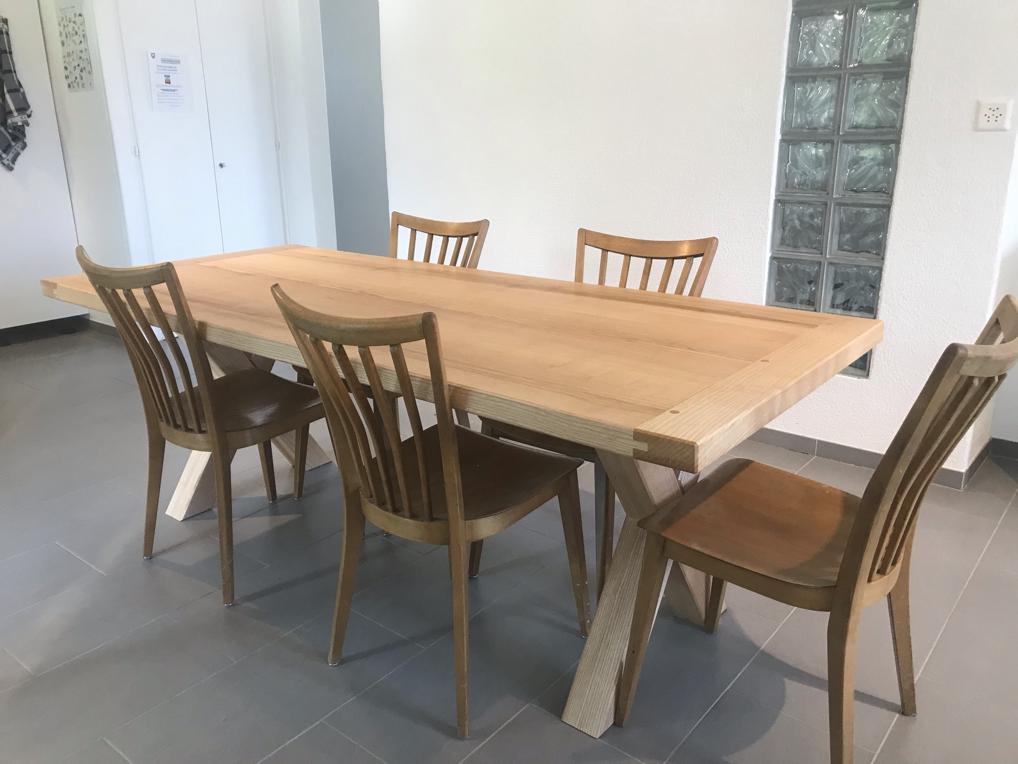 Table en frêne dans son univers